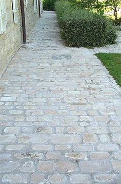 Allée en pavés de pierre naturelle de Bourgogne, format Citeaux, largeur 9/11/13 cm, mélange de différentes couleurs, pavage finition vieillie par vibration - vieux sol extérieur, tour de maison, trottoir