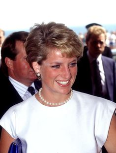 The Princess of Wales arrives in Brighton for a conference wearing a white sleeveless top and pearl necklace August 1990 Princess Diana Pictures, Princess Diana Family, Real Princess, Princess Of Wales, Royals Today, Diana Williams, Diana Fashion, Lady Diana Spencer, Glamour
