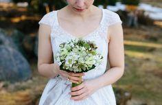Ein grün weißer Brautstrauss, ganz schlicht aber wahnsinnig hübsch. Foto: Thomas Sasse