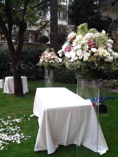 Floral arrangements for wedding ceremony on tall vases. Composizioni floreali barocche per cerimonia in giardino www.taniamuser.com