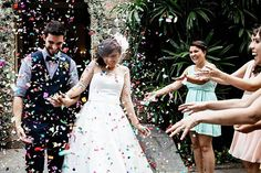 .yeah! {hoje é dia ds #guieray no @rocknrollbride . Um casamento TODO colorido com a minha decor favorita do ano criada pela @prillas - do Vou Casar e Panz e @mentaepessego. As flores maravilhosas são @negafuloh e o buquê @studiolily. Fotos lindas: @flaviavalsani e @zezamaria  make: @manuguerramakeup  vestido: @atelierfafivasconcellos  sapato: @jubicudosapatos  acessorio: @atelierbarbaraheliodora convite/menu: @marina_uc   assessoria: @prillas catering: @bloisebuffet  video: @coletivo3…