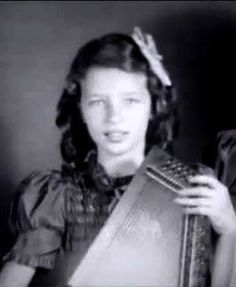 Another pic of young June with her autoharp Johnny Cash June Carter, Johnny And June, Art Music, Music Artists, Wildwood Flower, Carter Family, Country Musicians, Country Music Stars, Famous Singers