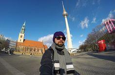 Berlim, na Alemanha, está entre os destinos que visitei nos últimos 2 anos de Viaja Bi!. Na foto, parte do mochilão Dando a Volta na Tcheca, dá pra ver a Torre de TV de Alexanderplatz e a igreja antiga.