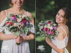 zielony ślub w plenerze, różowy asymetryczny bukiet ślubny w nowozelandzkim stylu