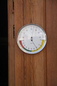 Termómetro de temperatura para entrar en la bodega donde se elaboran los vinos de Zarraguilla, en Segovia