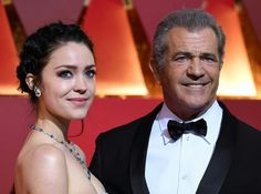 """Mel Gibson Photos Photos - Nominee for Best Director """"Hacksaw Ridge"""" Mel Gibson arrives with his friend Rosalind Ross on the red carpet for the 89th Oscars on February 26, 2017 in Hollywood, California.  / AFP / ANGELA WEISS - 89th Annual Academy Awards - Arrivals"""