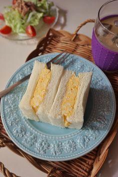"""関西では、卵焼きをフィリングとして用いるのがポピュラーです。このサンドイッチは、ふわふわでとろっとした食感が最高。ふわとろにするコツは、""""空気を含ませるように卵をしっかり混ぜる""""こと。"""