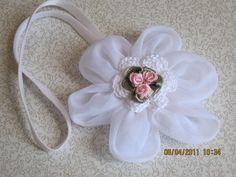 Vincha con flor de organza ideal para bautizos.