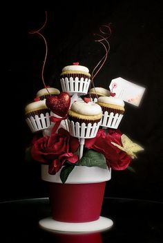 A Cupcake Bouquet! I would WAY rather get this than flowers - AMAZING Valentines Day Cupcake Bouquet Beautiful Cupcakes, Cute Cupcakes, Cupcake Cookies, Heart Cupcakes, Pink Cupcakes, Valentine Day Cupcakes, Valentines Day Treats, Valentine Bouquet, Cupcakes Bonitos