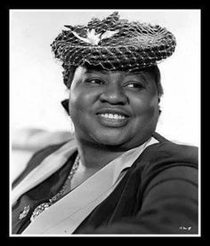 Born 1893 to former slaves in Wichita, Kansas, American stage actress, professional singer-songwriter, and comedian Hattie McDaniel made her first film appearan Hooray For Hollywood, Golden Age Of Hollywood, Vintage Hollywood, Hollywood Stars, Classic Hollywood, Hollywood Glamour, Black Actresses, Actors & Actresses, Black Actors