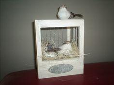 Leuk nestkastje bewerkt met krijtverf  compleet met nestje en vogeltjes  Staat erg leuk in een shabby chic interieur