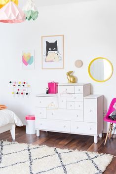 white with pops of color - the perfect kids room! | @modernburlap loves