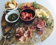 Aperitivo - Zo maak je een Italiaanse borrelplank Y Food, Love Food, Food And Drink, Diner Recipes, Diner Party, Salty Snacks, Food Displays, Comfort Food, Burger