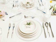 Viimeistelty kattaus kaunistaa juhlapöydän. Lautaset ja aterimet katetaan ruokailujärjestyksessä. Lopuksi pöytään asetellaan kukat ja pöytäkoristeet. #juhlat #juhlakattaus Table Settings, Plates, Table Decorations, Tableware, Kitchen, Furniture, Home Decor, Licence Plates, Dishes