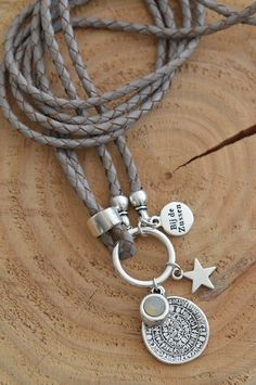 Ketting leer 'lichtgrijs' -LAATSTE- Diy Jewelry, Jewelry Necklaces, Jewelry Design, Jewelry Making, Jewellery, Ring Bracelet, Ring Earrings, Handmade Bracelets, Beaded Bracelets