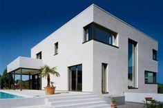 Der kubische Bau ist der Inbegriff zeitgenössischer Baukunst und spiegelt im Äußeren wider, was im Inneren Programm ist: ein stilsicheres Design, das den höchsten Ansprüchen an modernes Wohnen gerecht wird.