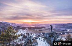 Prežívaj prítomnosť okamihu jednoducho úprimne a slobodne. #praveslovenske od @tinuldo  #slovakia #slovensko #landscape #nature #hills #winter #snow #sunset #sunrise #sky #sun #trees #rocks #mountains