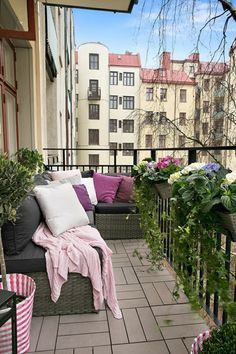 Make a small balcony - Invite the summer to yourself - Decoration Top Small Balcony Design, Small Balcony Decor, Terrace Design, Tiny House Design, Balcony Tiles, Balcony Plants, Porches, Small Home Offices, Plumbing Pipe Furniture