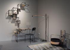 Biurko, półka i lampa Serax, dywan Linie Design i akcesoria kominkowe Eldvarm