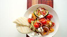 Linzen salade met tomaat, komkommer, rode ui, feta, munt en balsamico dressing.