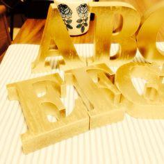 #TableNomber #wedding #gold 3coinsのアルファベットオブジェにゴールドのカラースプレーを。