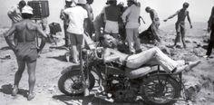 Calendario Metzeler. Unos instantes de calma, descansando en la moto de James Coburn durante el rodaje de la épica película de Sergio Leone ¡Agáchate maldito! (1971), basa en la revolución mejicana de principios de S. XX