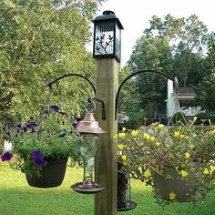 This Freestanding Bird Feeder and Flower Post The birds and the bees will flock to this DIY freestanding bird feeder/flower post.The birds and the bees will flock to this DIY freestanding bird feeder/flower post. Backyard, Garden Projects, Garden Yard Ideas, Garden Design, Bird Feeder Stands, Bird Feeding Station, Outdoor, Outdoor Gardens, Bird Houses
