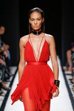 Balmain – Rote Reize: Der Fashion Trend Rot ist Verführung Deluxe! Die Farbe zeigt sich mit Lack- Oberflächen, sinnlichen Kleidern und freizügigen Schnitten von ihrer frivolen Seite.