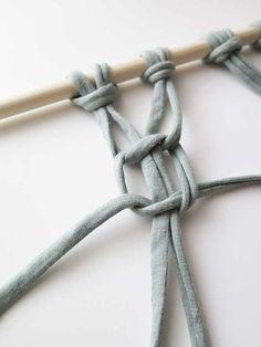 DIY: Maak je eigen macramé wandkleed - Stek Woon & Lifestyle Magazine Loom Knitting, Diy Projects To Try, Cool Diy, Crochet Stitches, Knots, Free Pattern, Diys, Weaving, Quilt