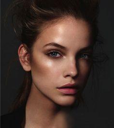 Make up viso sofisticato e minimalista estate 2015: lo strobing
