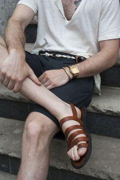 Look ideal para o verão, com acessórios e sandália de couro.