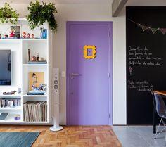 Além da porta inspirada no seriado Friends que foi o primeiro pedido da moradora, os objetos decorativos  que se espalham pela sala já pertenciam ao casal e ajudam a contar a história deles (Foto: Maira Acayaba)