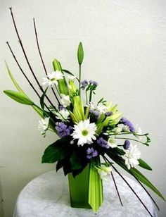 Contemporary Floral Arrangement Blending European Designs and Japanese Ikebana Contemporary Flower Arrangements, Creative Flower Arrangements, Flower Arrangement Designs, Beautiful Flower Arrangements, Beautiful Flowers, Fresh Flowers, Spring Flowers, Ikebana Arrangements, Ikebana Flower Arrangement