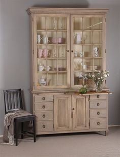 Upea antiikkiviimeistelty Leksand-vitriini kerää varmasti ihailevat katseet. Decor, Furniture, Cabinet, Home Decor, China Cabinet, Storage