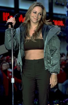TODAY SHOW AT ROCKEFELLER PLAZA IN NEW YORK, NY 1999 Mariah Carey 90s, Mariah Carey Pictures, Vintage Beauty, Vintage Fashion, Famous Musicals, Martina Mcbride, Debbie Gibson, Famous Singers, Island Girl