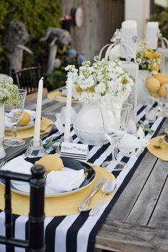 #TuFiestaTipBoda -Mesa estilo vintage, casual usando los colores blanco, azul marino y un toque de amarillo.