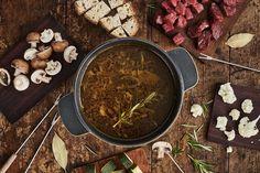 Tämä fondue-liemi valmistetaan uunissa paahdetusta valkosipulista, yrteistä ja lihaliemestä.