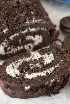 Cookies 'n Cream Oreo Cake Roll – this EASY cake roll recipe is dark chocolate and filled with Oreo whipped cream and chocolate ganache. Every time I make a cake roll I think I've topped all my previo Beaux Desserts, 13 Desserts, Delicious Desserts, Dessert Recipes, Plated Desserts, Oreo Dessert, Diy Dessert, Food Cakes, Cupcake Cakes
