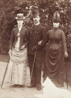 Victorian Style Clothing took on many different looks during Victorian Times. From the ever popular Victorian Dresses to sailor suits for Victorian Children Edwardian Era, Edwardian Fashion, Vintage Fashion, Edwardian Costumes, Gothic Fashion, Fashion Fashion, Fashion Tips, Victorian Life, Victorian Photos