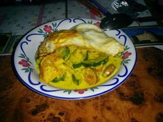 Korvkurrygryta med stekt ägg