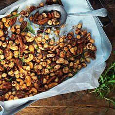Bästa nötsnackset gör du själv! Blanda olika sorters naturella nötter och rosta i ugnen. Smaksätt sedan din nyrostade nötblandning med mörkt muscovadosocker, chilipulver och färsk rosmarin. Bjud som snacks på glöggminglet, julfesten eller ät som biogodis! Winter Parties, How To Eat Less, Delicious Vegan Recipes, Chana Masala, Snacks, Bbq, Berries, Food And Drink, Vegetarian