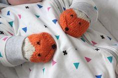 Kudoin Lisalle pienet kettulapaset. En ole varmaan vuoteen kutonut yhtään mitään. Enkä muu... Kids Knitting Patterns, Knitting Charts, Knitting For Kids, Baby Patterns, Knitting Yarn, Baby Knitting, Crochet Doilies, Knit Crochet, Baby Hats