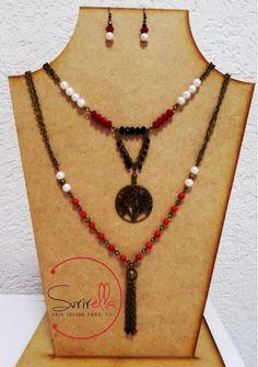 Collar doble engarzado en otro viejo con piedras de cristal en rojo  y negro combinada con perlas, dije de árbol y corbatin; incluye aretes