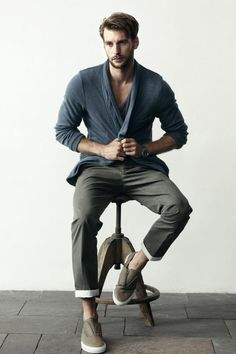 Like the V-neck T and the roll-up pants for a casual look.