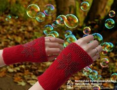 Ki mer bevállalni egy vagány pirosat? Fonal: 100 % merinó, gyöngy: 8/0 bronz lüszteres áttetsző lila cseh kása. #érmelegítő #lélekmelegítő #wristler Fingerless Gloves, Arm Warmers, Fingerless Mitts, Fingerless Mittens
