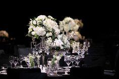 엔틱한 실버오브제 위에 놓인 화이트 컬러의 꽃은 언제나 웨딩의 분위기를 돋웁니다. 화이트 수국, 장미, 리시안셔스, 유칼립투스, 램즈이어, 천일홍 등. Silver, white, green arrangement perfect for a classic wedding set up using candelabra with white hydrangeas, roses, lysianthus, silver greens and eucalyptus.