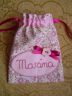 la sastrecilla valiente Sewing Class, Love Sewing, Sewing For Kids, Diy Bags Purses, Backpack Pattern, Lavender Bags, Patchwork Bags, Candy Bags, Fabric Bags