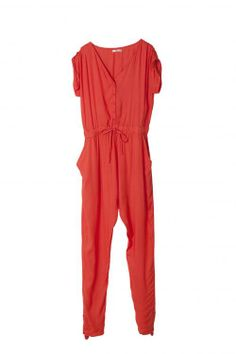 Koraalrode jumpsuit - € 99,95 - Lavand via Flair.be (http://www.flair.be/nl/mode/276184/jump-for-joy-in-deze-11-jumpsuits)