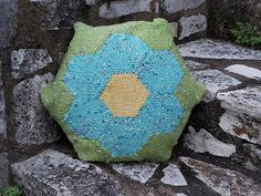 Spring time, flowers, hexagons … Fill your home with cheer with this easy-to-make pillow case. The pillow has a flower on the front and the back. Pin Weaving, Loom Weaving, Happy Spring, Spring Time, Hexagon Sides, Yarn Bee, Round Pillow, How To Make Pillows, Hand Spinning