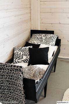 sänky,työhuone,mustavalkoinen,koristetyynyt,talonpoikaissohva